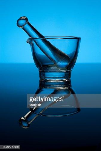 Glas Stößel und Mörser auf blauem Hintergrund : Stock-Foto