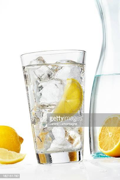 Glas-Wasser mit Zitronen