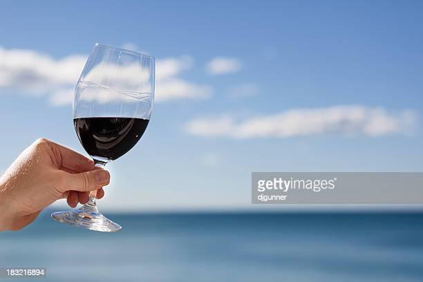Verre de vin rouge avec des jambes