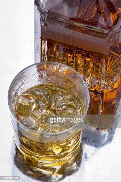 Un verre de whisky écossais sur les rochers et carafe