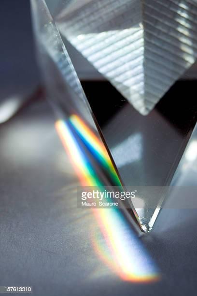 Pyramide de verre emiting des couleurs naturelles.