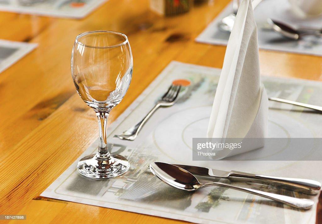 Glasse und Teller am Tisch im restaurant : Stock-Foto