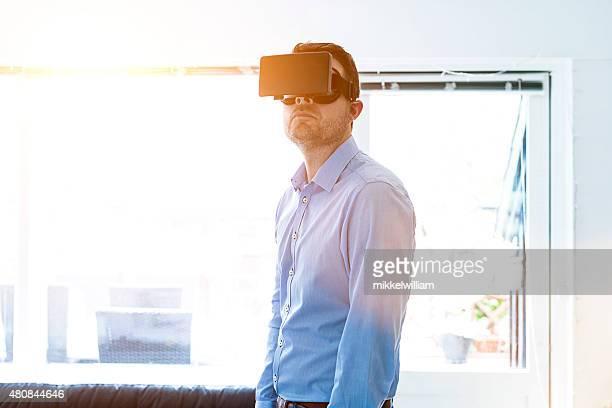Homme portant des lunettes RV propose une expérience immersive virtuel