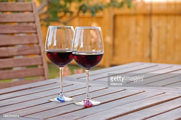 グラスの屋外パティオで、レッドワイン
