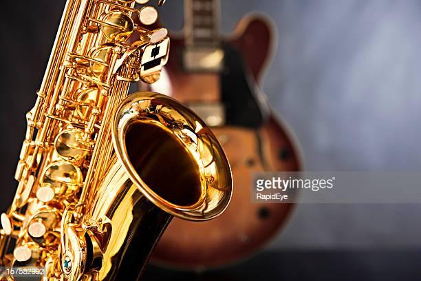 Glänzende Saxophon übernimmt die Führung mit Gitarre als back up