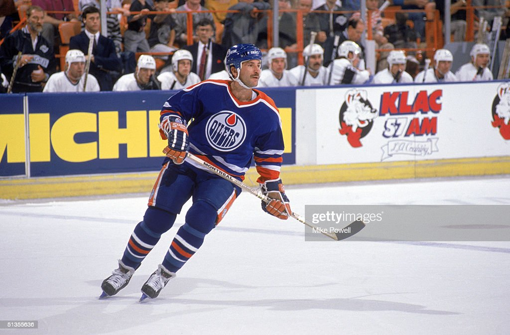 Glenn Anderson of the Edmonton Oilers follows the play during a game against the Los Angeles Kings circa 198889 at the Great Western Forum in...