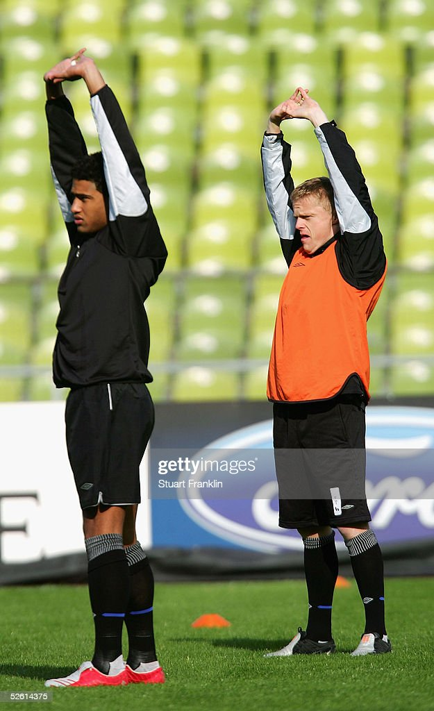 Glenn Johnson and Damien Duff of Chelsea FC stretch during training before The UEFA Champions League quarter-final second leg match between FC Bayern Munich and Chelsea FC, at The Olympic Stadium on April 11, 2005 in Munich, Germany.