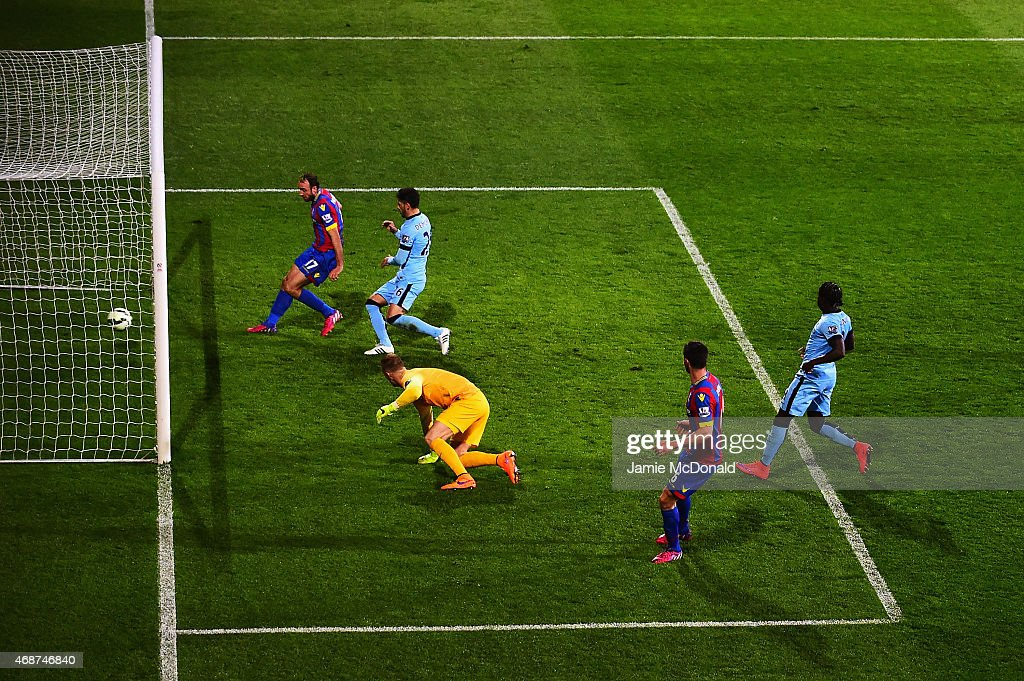 Glenn Murray of Crystal Palace scores the opening goal during the Barclays Premier League match between Crystal Palace and Manchester City at Selhurst Park on April 6, 2015 in London, England.