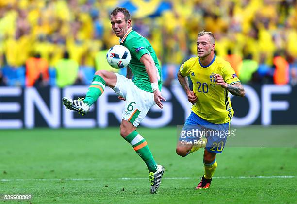 Glenn Whelan of Republic of Ireland controls the ball under pressure of John Guidetti of Sweden during the UEFA EURO 2016 Group E match between...