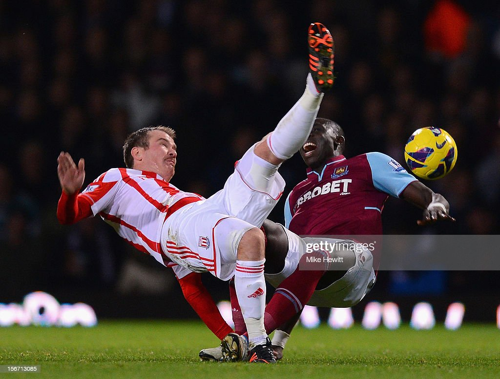 Glenn Whelan of Stoke City challenges Mohamed Diame of West Ham United during the Barclays Premier League match between West Ham United and Stoke City at the Boleyn Ground on November 19, 2012 in London, England.