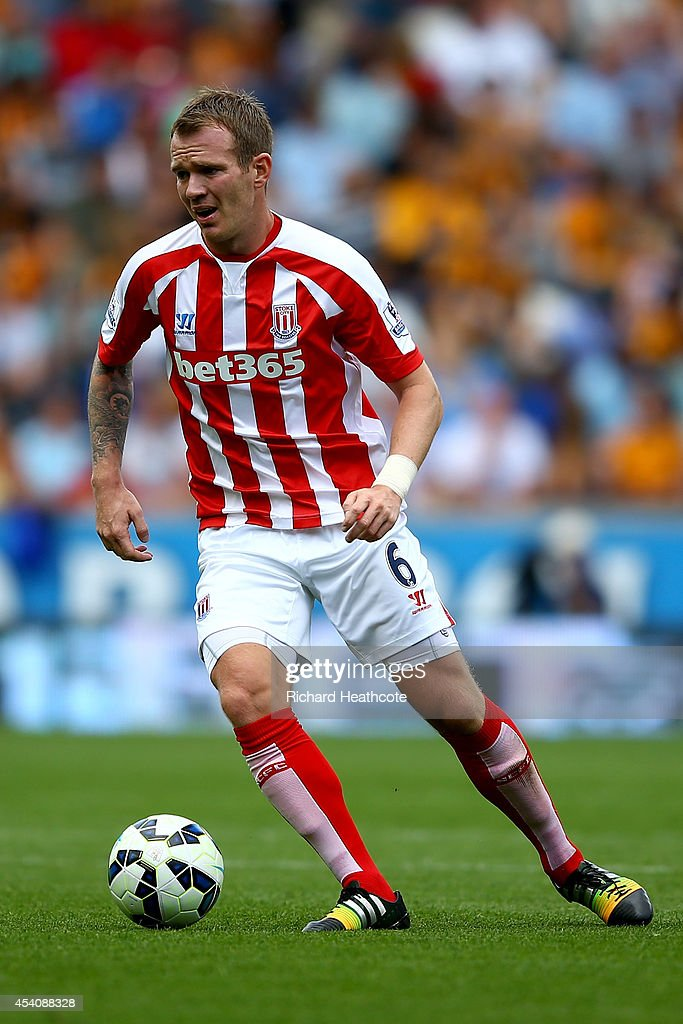 <a gi-track='captionPersonalityLinkClicked' href=/galleries/search?phrase=Glenn+Whelan&family=editorial&specificpeople=878267 ng-click='$event.stopPropagation()'>Glenn Whelan</a> of Stoke in action during the Barclays Premier League match between Hull City and Stoke City at the KC Stadium on August 24, 2014 in Hull, England.