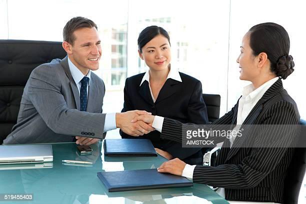 グローバルビジネスシーンでの握手