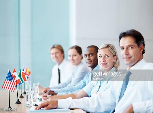 Global team in einer Besprechung