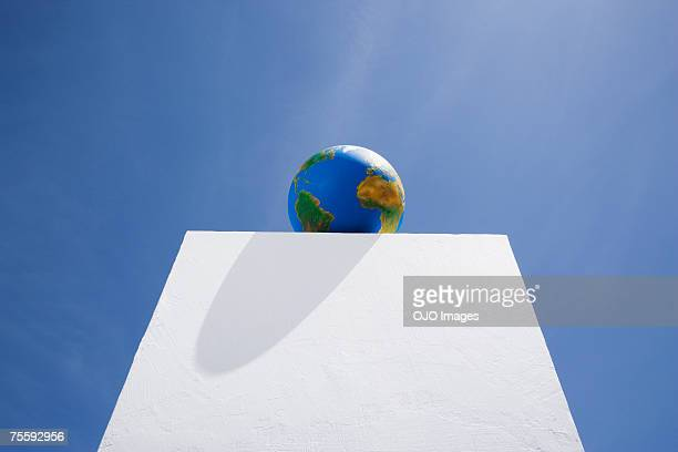 Mundo sobre pilar al aire libre con cielo azul