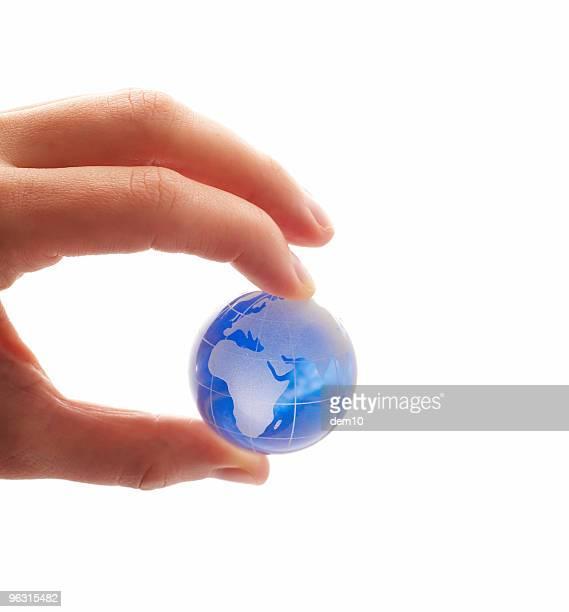 Globe zwischen den Fingern