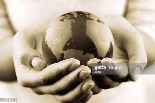 Globus in den Händen