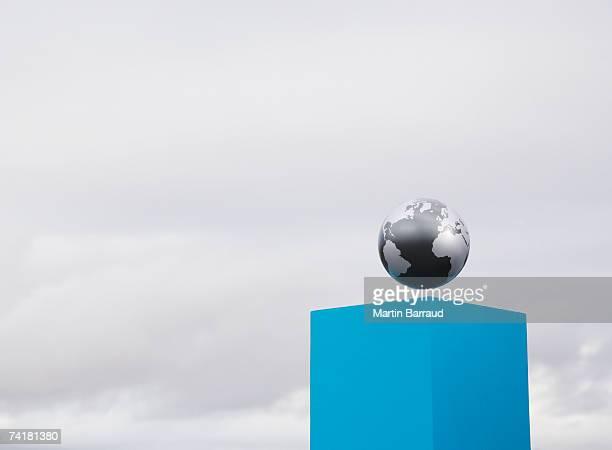 Globo en pedestal al aire libre
