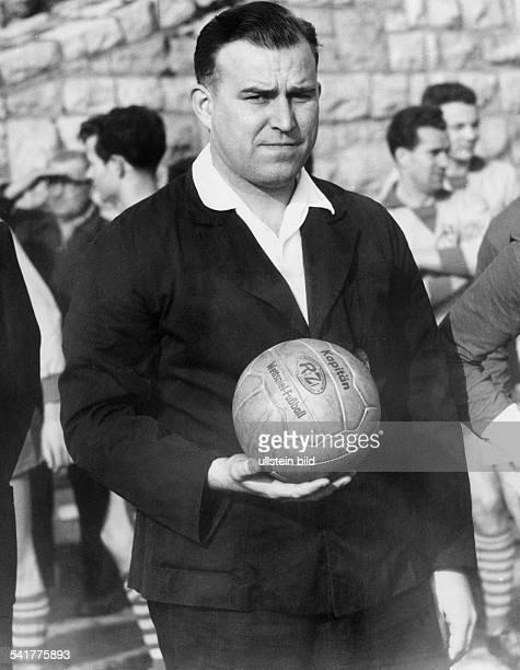 Gloeckner Rudi *Schiedsrichter Fussball DDRim SchiedsrichterDress mit Ball Maerz 1961
