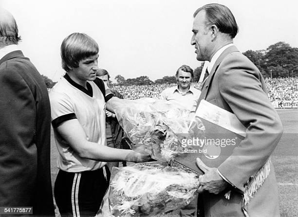 Gloeckner Rudi *Schiedsrichter Fussball DDRVerabschiedung als Schiedsrichter inDresden der zum Fussballer des Jahres1976/77 geehrte HansJürgen Dörner...