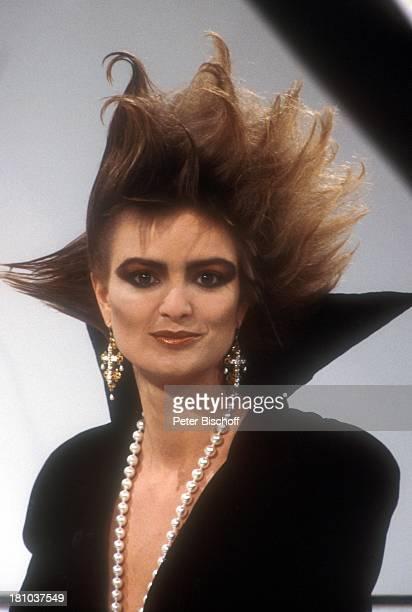 Gloria von Thurn und Taxis Fürstin Porträt geb 23 Februar 1960 Sternzeichen Fische Portrait Studio Schmuck Halskette Kette Kleid Ohrringe Frisur Mode...