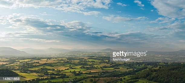 Superbe lumière naturelle des paysages idylliques de champs