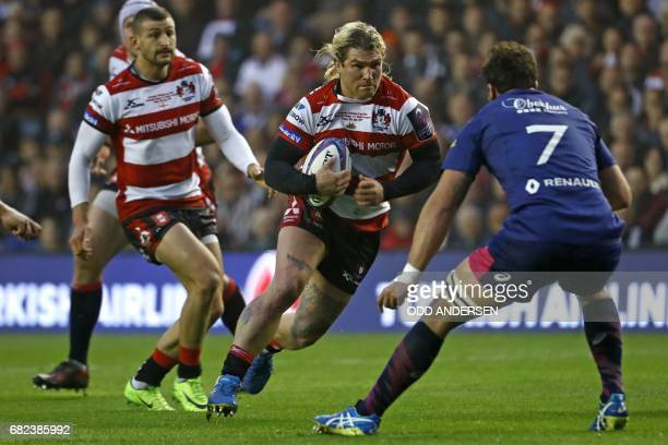 Gloucester's Welsh hooker Richard Hibbard runs at Stade Francais' South African flanker Jonathan Ross during the rugby union European Challenge Cup...