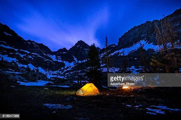 raggiante tenda da campeggio notturno sotto le stelle