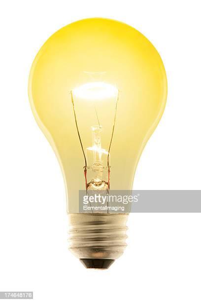 Strahlend Gelb leuchtende Glühbirne. Isoliert auf weiß mit Pfad