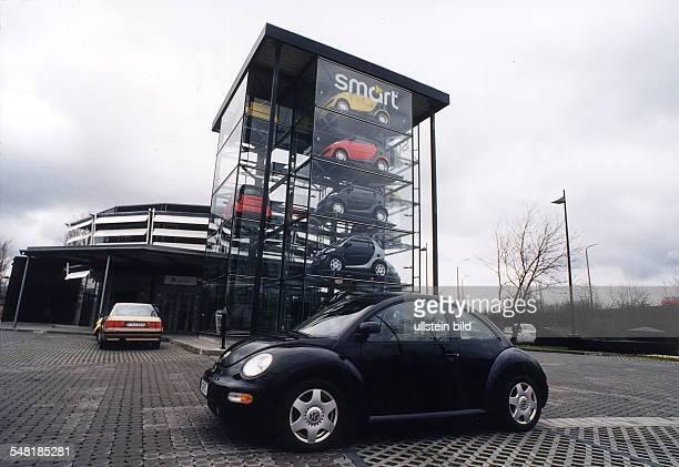 Gläserner Turm mit Smart Kleinwagen davor ein Beetle von VW in Potsdam 1999