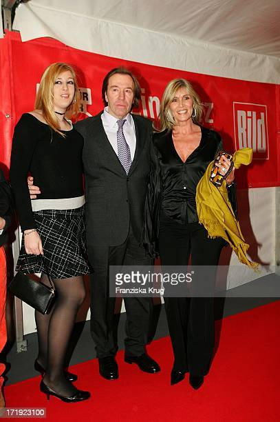 Günter Netzer Mit Ehefrau Elvira Und Tochter Alanah Bei Der 'Ein Herz Für Kinder' Spendengala In Der Ullstein Halle In Berlin