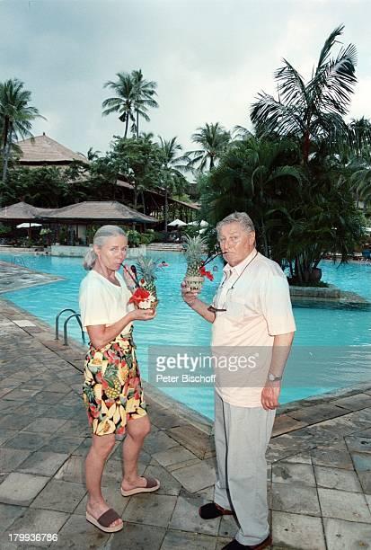 Günter Pfitzmann Ehefrau Lilo am Rande der Dreharbeiten zur ZDFReihe 'Traumschiff' Folge 35 'Bali 2000' Indonesien Urlaub Hotel 'Nusa Dua Beach'...