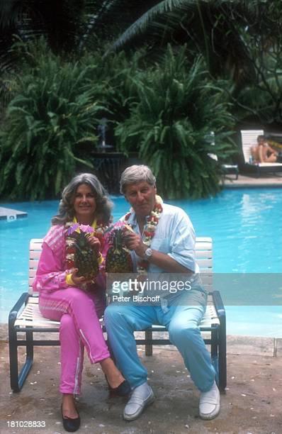 Günter Pfitzmann Ehefrau Lilo Pfitzmann Honolulu/Kauai/Hawaii USA Amerika Urlaub Pool Palmen Cocktail Ananas Bank Insel Familie Frau Promis...