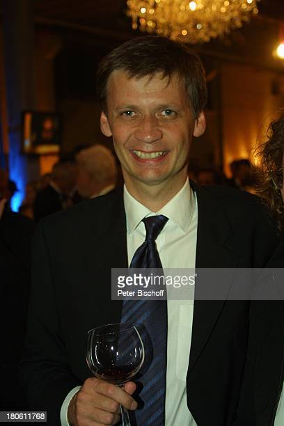Günther Jauch Gala Verleihung 'Deutscher Fernsehpreis 2002' Köln 'Coloneum' Foyer Getränk Glas Rotwein