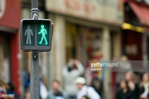 Gehen Sie auf der anderen Seite-Grüne Ampel für Fußgänger