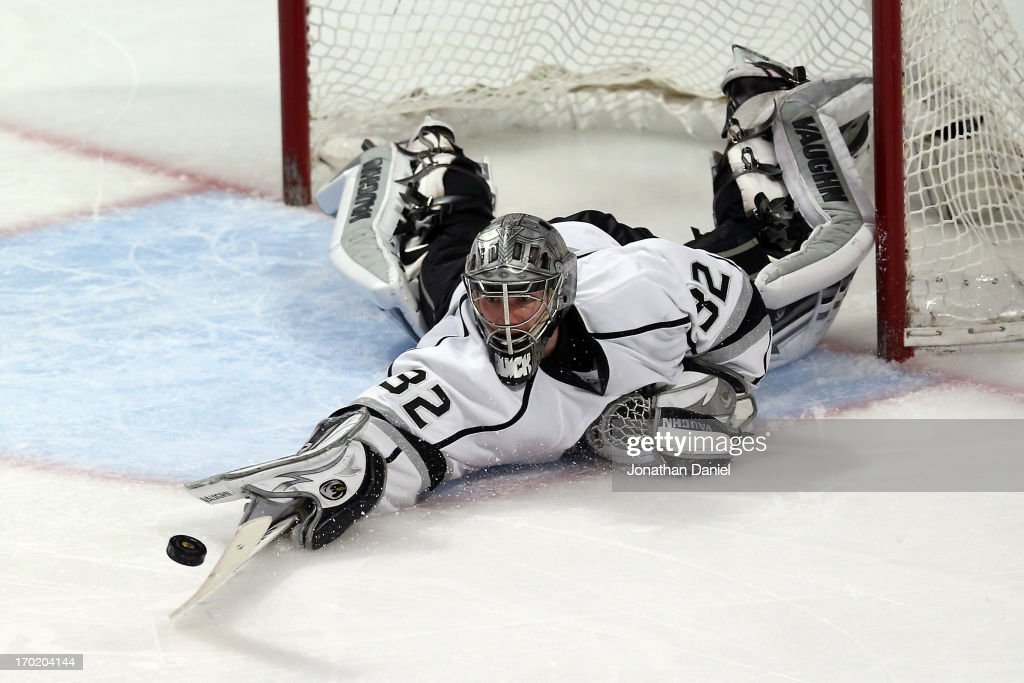 Goalie <a gi-track='captionPersonalityLinkClicked' href=/galleries/search?phrase=Jonathan+Quick&family=editorial&specificpeople=2271852 ng-click='$event.stopPropagation()'>Jonathan Quick</a> #32 of the Los Angeles Kings makes a save in the third period against the Chicago Blackhawks during Game Five of the Western Conference Finals of the 2013 NHL Stanley Cup Playoffs at United Center on June 8, 2013 in Chicago, Illinois.
