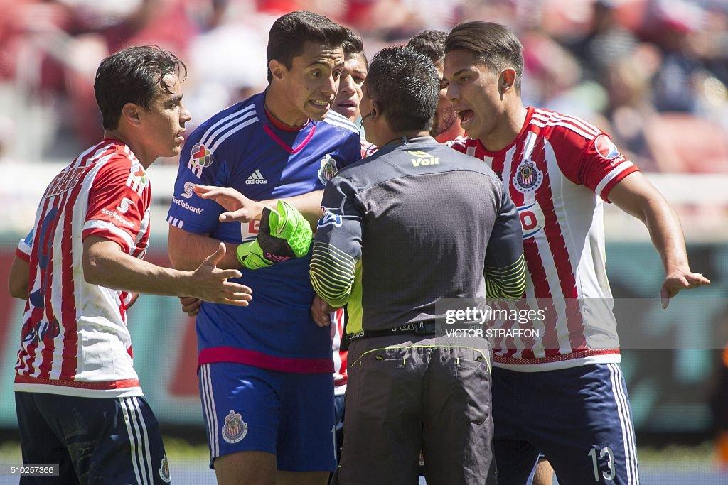 Goalkeeper Antonio Rodriguez (2nd-L) of Guadalajara talks to the referee Fernando Guerrero, during their Mexican Clausura tournament football match against Leon at the Omnilife stadium on February 14, 2016, in Guadalajara City. AFP PHOTO/VICTOR STRAFFON / AFP / VICTOR STRAFFON