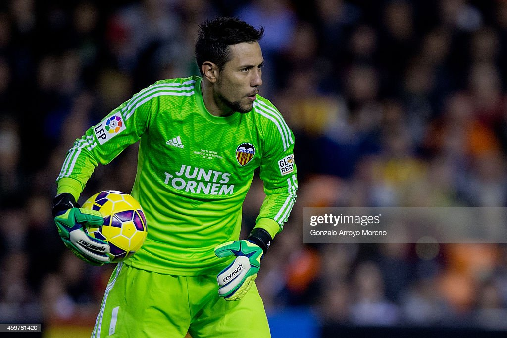 Goalkeeper <a gi-track='captionPersonalityLinkClicked' href=/galleries/search?phrase=Diego+Alves&family=editorial&specificpeople=4817250 ng-click='$event.stopPropagation()'>Diego Alves</a> of Valencia CF hold sthe ball during the La Liga match between Valencia CF and FC Barcelona at Estadi de Mestalla on November 30, 2014 in Valencia, Spain.