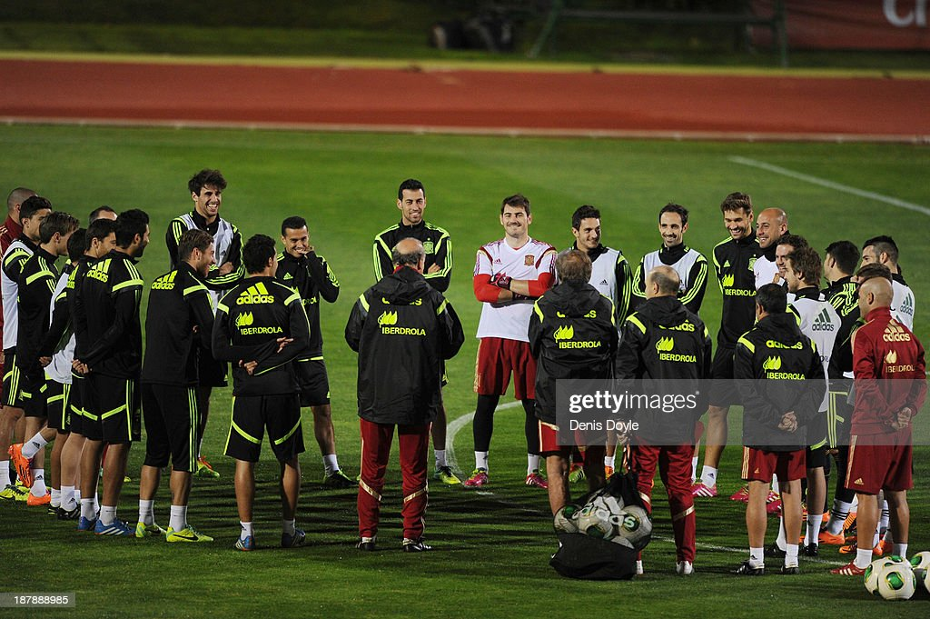 Goalkeeper Iker Casillas (centre R) and Spain team-mates gather round head coach Vicente del Bosque (C) during a training session ahead of their international friendly against Equatorial Guinea on November 13, 2013 in Las Rozas, Spain.
