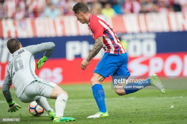 Goalkeeper Kepa Arrizabalaga Revuelta of Athletic Club fights for the ball with Fernando Torres of Atletico de Madrid during the La Liga match...