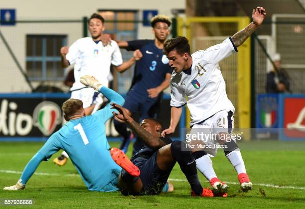 Goalkeeper of England U20 Aaron Ramsdale competes for the ball with Simone Minelli of Italy U21 during the 8 Nations Tournament match between Italy...