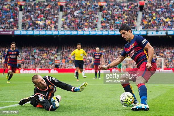 Goalkeeper Pau Lopez of RCD Espanyol blocks a shot of Luis Suarez of FC Barcelona during the La Liga match between FC Barcelona and RCD Espanyol at...