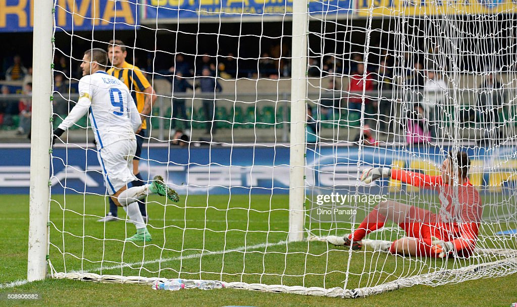 Goalkeeper Pierluigi Gollini (R) of Hellas Verona shows his dejection as <a gi-track='captionPersonalityLinkClicked' href=/galleries/search?phrase=Mauro+Icardi&family=editorial&specificpeople=9761957 ng-click='$event.stopPropagation()'>Mauro Icardi</a> celebrates after Perisic's goal of Internazionale Milano during the Serie A match between Hellas Verona FC and FC Internazionale Milano at Stadio Marc'Antonio Bentegodi on February 7, 2016 in Verona, Italy.