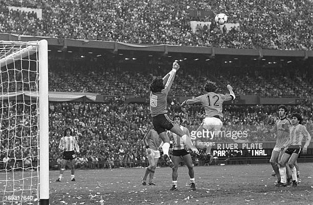 goalkeeper Ubaldo Fillol Rob Rensenbrink during the FIFA World Cup final match between Argentina and The Netherlands on June 25 1978 at the Estadio...