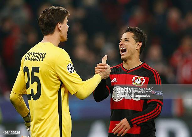 Goalkeeper Wojciech Szczesny of AS Roma shakes hands with Javier Hernandez of Bayer Levekusen after the UEFA Champions League Group E match between...