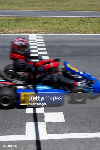 Go-cart racer crossing the finish line : Foto de stock