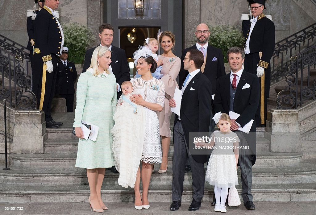 Godfather Hans Astrom, Sweden's Princess Madeleine with Princess Leonore, godfather Oscar Magnuson, Crown Princess Mette-Marit of Norway (godmother), Crown Princess Victoria with Prince Oscar, Prince Daniel with Princess Estelle and Crown Prince Frederik of Denmark (godfather) pose after the Christening ceremony of Prince Oscar of Sweden in the Royal Chapel in Stockholm, Sweden on May 27, 2016. / AFP / JONATHAN