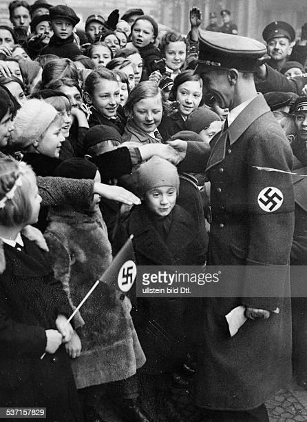 Goebbels Joseph Politiker NSDAP D wird vor seiner Ansprache in einer Volksschule in Berlin Moabit anlässlich des dritten Jahrestages der...