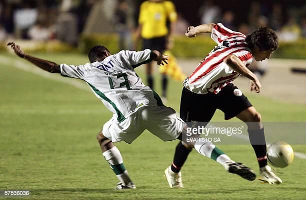 Vitor Santos de Goias de Brasil disputa el balon con Jose Sosa de Estudiantes de La Plata de Argentina el 04 de mayo de 2006 en el partido de vuelta...