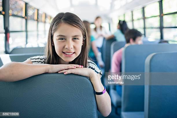 Van a la escuela en el autobús