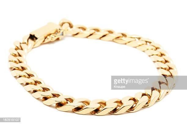 Catenina d'oro su sfondo bianco